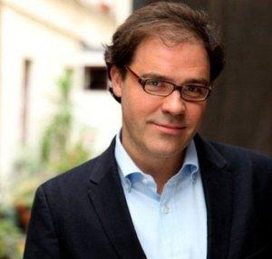 Filosoof Pascal Chabot geeft les aan het Ihecs (Brussel) en is de auteur van  'Les sept stades de la philosophie' (2011),  'Global burn-out' (2013)  en 'L'âge des transitions' (2015).